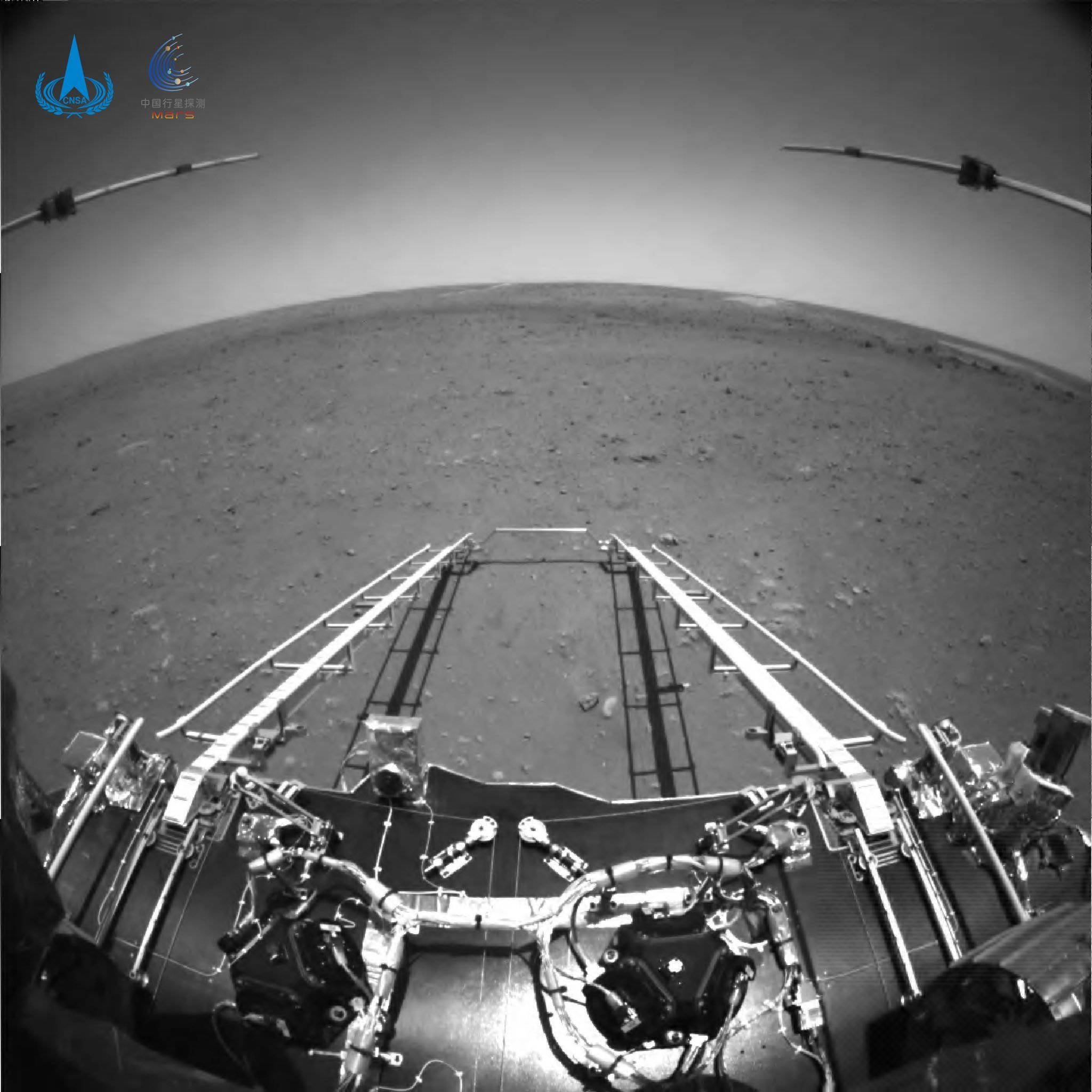 - 162149252060a603289943d - China's space agency releases first images of Mars taken by Zhurong rover