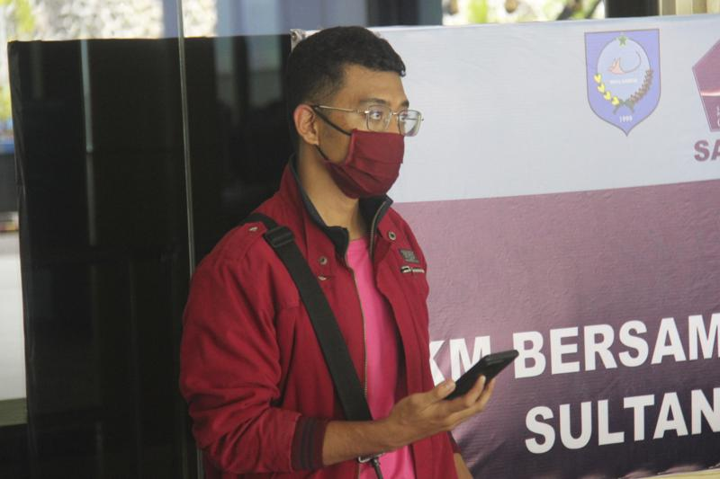 The man who used a fake identity arrives at the Sultan Babullah airport in Ternate, Indonesia. (Image Credit: AP)