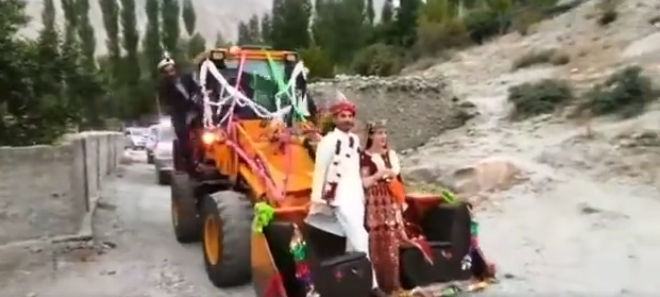 Pakistan: Newlyweds hop on JCB to arrive at wedding venue in style;  Netizens surprised
