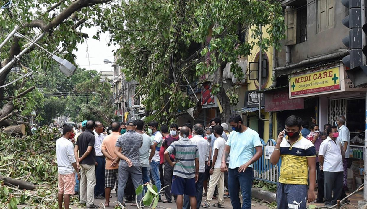 Protests continue in cyclone Amphan-hit Kolkata amid water, power crisis - Republic World