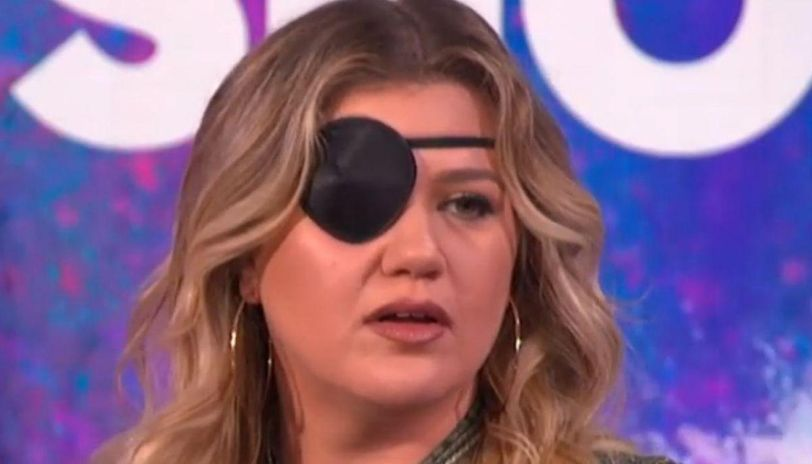 what happened to kelly clarkson's eye