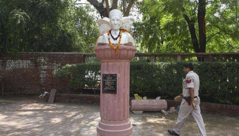DUSU Savarkar statue